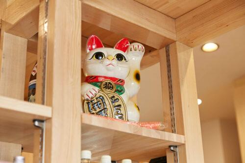 創業時から店内にいる招き猫がお客様をお出迎え